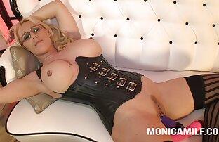 Łysa, Blondynka, Lizanie, pupa filmy filmiki erotyczne fioletowa na kanapie.
