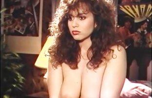 Blondynka przytuliła filmiki erotyczne z ukrytej kamery się do mężczyzny, mężczyzny na kanapie