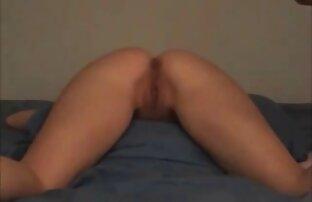 Mężczyzna gestem prosi o filmy porno za darmo w hd przyniesienie prezentów dla swojej dziewczyny.