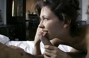 Dwie młode dziewczyny filmy erotyczne brutalne wymieniają pieniądze na krzesłach