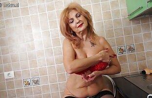 Samotna dziewczyna z różowymi włosami służy do masaz erotyczny porno seksu solo